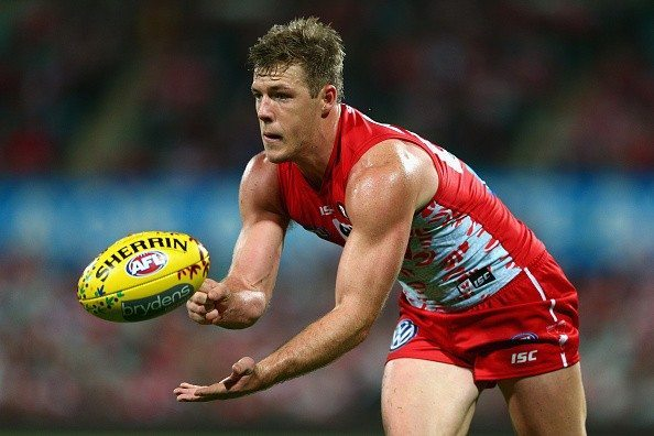 SYDNEY, AUSTRALIA - MAY 29: Luke Parker of the Swans hand-passes during the round nine AFL match between the Sydney Swans and the Carlton Blues at SCG on May 29, 2015 in Sydney, Australia.  (Photo by Cameron Spencer/Getty Images)